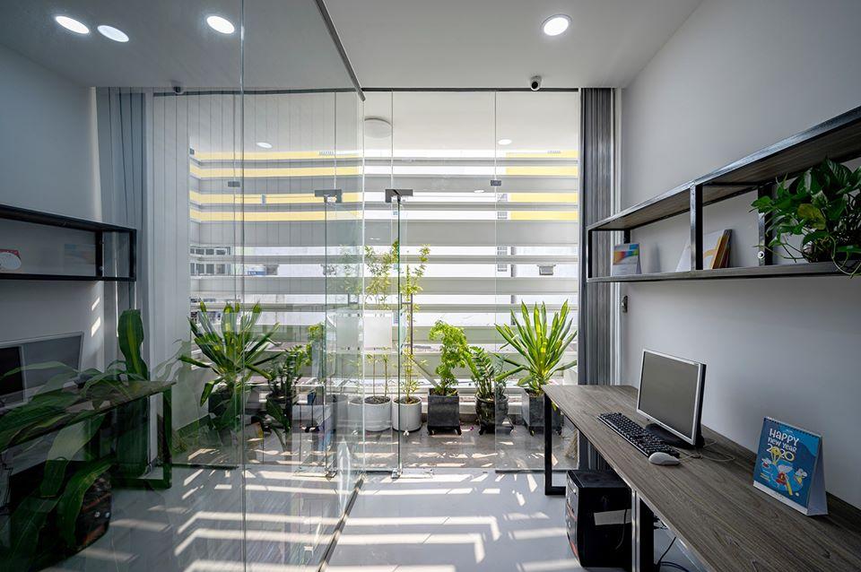 Bên cạnh đó, kiến trúc sư đặt thêm nhiều mảng kính và cây xanh, vừa để lấy ánh sáng tự nhiên vừa tạo cảm giác thư giãn khi làm việc.