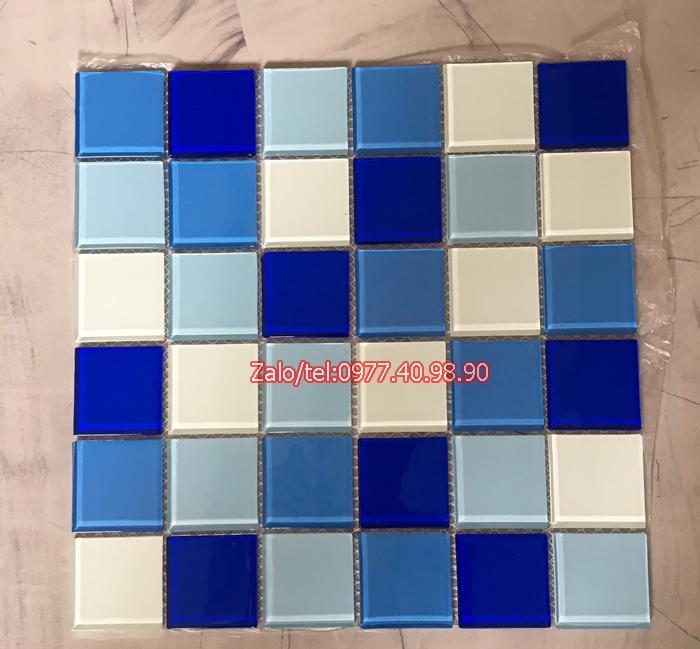 mau gach mosaic trang xanh